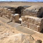 Celkový pohled na hrobku královny Chentkaus III. ze severovýchodu. © Jaromír Krejčí, Archiv Českého egyptologického ústavu FF UK