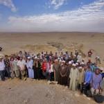 Obr. 2. Skupinové foto členů archeologické expedice a místních dělníků před hrobkou AC29 (M. Frouz)