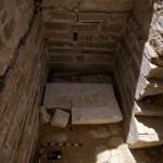 Obr. 5. Pohřební komora a zbytky sarkofágu od východu (J. Krejčí)