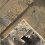Obr. 7. Severovýchodní část otevřeného dvora kolem hrobky AC29 s bílými pruhy na hliněném výmazu podlahy (V. Brůna)
