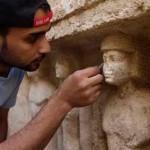 Restaurátor Usáma při čištění vázané sochy (foto Martin Frouz)