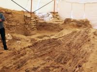 Pohled na část člunu během archeologických a restaurátorských prací (© Archiv Českého egyptologického ústavu FF UK, V. Dulíková)