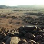 Obr. 3: Pohled do prostoru zaniklého pravěkého jezera, pohoří Sabaloka, Súdán, výzkum ČEgÚ FF UK (foto Ladislav Varadzin).