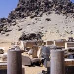 Pohled na boční vstup do zádušního chrámu panovníka Sahurea. Na dvou sloupech lemujících vstup se dodnes dochovaly hieroglyfické nápisy.