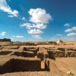 Zádušní komplex vytesaný do podloží před východní fasádou šachtové hrobky kněze Iufaa (Pozdní doba).