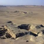 Pohled z vrcholku Niuserreovy pyramidy na pohřební komplex panovníka Neferrea.