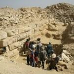 Dělníci při práci u jihozápadního rohu stavby. Nad nimi člen rodiny předáků dělníků reis Ahmad el-Kerétí.