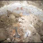 Pohled do právě odkryté vany vnějšího vápencového sarkofágu v šachtové hrobce kněze Iufaa, na jejíž stěnách se dokonce dochovaly pozůstatky původní malované výzdoby (Pozdní doba).