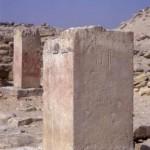 Pilíř s částečně dochovaným jménem královny Chentkaus II. nacházející se v rozvalinách jejího zádušního chrámu.