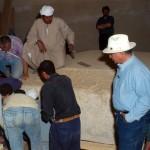 Postup při otevírání nevykradeného sarkofágu v šachtové hrobce kněze Iufaa (Pozdní doba).