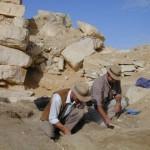 Egyptologové Jaromír Krejčí a Dušan Magdolen při dokumentaci sekundárního pohřebiště.