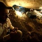 Podzemní prostory staroegyptských hrobek jsou často velmi stísněné (Abúsír jih, mastaba soudce Intiho).