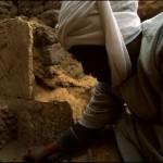 Předák egyptských dělníků (reis) Ahmed el-Kerétí očišťuje jednu ze stěn mastaby soudce Intiho (Abúsír jih).
