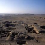 Jižní část královské nekropole5. dynastie a velké šachtové hrobky z Pozdní doby v Abúsíru.
