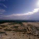 Pohled z vrcholku Niuserreovy pyramidy na pohřebiště hodnostářů nekrálovského původu. Vlevo se nachází mastaba vezíra Ptahšepsese.