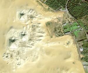 Detail satelitního snímku s pyramidovými komplexy panovníků 5. dynastie v Abúsíru